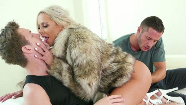 Nina Elle bekommt ihren großen Hintern verehrt und zum Gähnen zerstört