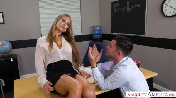 Heiße Lehrerin Nicole Aniston wird eine Referenz für die D schreiben