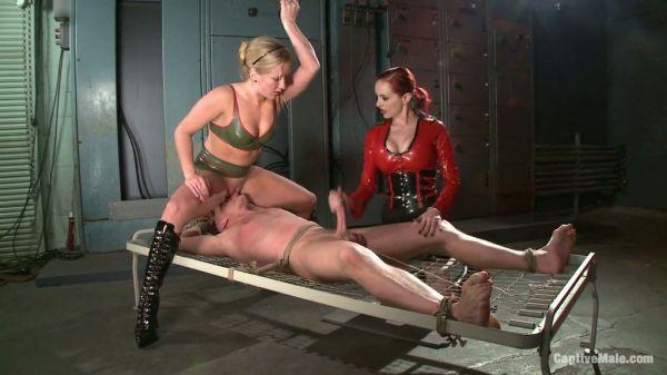Duett der Herrinnen geben dem Sklaven ein schmerzhaftes Fickerlebnis