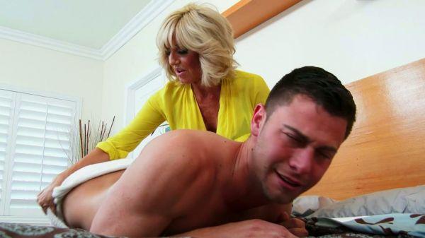 Reife Blondine bekommt Massage